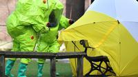 Des membres des services d'urgence installent une tente de protection, le 8 mars 2018 à Salisbury, sur le banc où l'ex-espion russe Sergueï Skripal et sa fille Ioulia ont été retrouvés inconscients [Ben STANSALL / AFP/Archives]