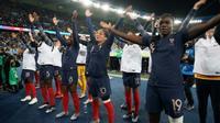 Les joueuses de l'équipe de France saluent leur public à l'issue de leur victoire sur les Sud-Coréennes en ouverture du Mondial, au Parc des Princes, le 7 juin 2019  [Lionel BONAVENTURE / AFP]