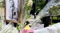 Un portrait du jeune Kévin et des fleurs au portail du parc du bois des Soeurs à Mourmelon, dans la Marne, le 7 juin 2018 [FRANCOIS NASCIMBENI / AFP]