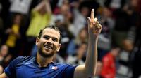 Adrian Mannarino heureux, il vient d'offrir la victoire à la France au 1er tour de la Coupe Davis en battant le Néerlandais Robin Haase, le 4 février 2018 à Albertville      [JEAN-PIERRE CLATOT / AFP]