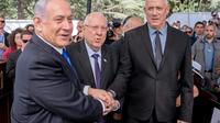Le Premier ministre sortant israélien Benjamin Netanyahou (G), le président israélien Reuven Rivlin (C) et le chef du parti centriste arrivé en tête des législatives Benny Gantz (D), lors d'une cérémonie en hommage à l'ancien président Shimon Peres, à Jérusalem le 19 septembre 2019 [YONATAN SINDEL / AFP/Archives]