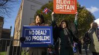 Des militantes brandissent des pancartes Pro-Brexit devant le Parlement le 8 janvier 2018 à Londres [Niklas HALLE'N / AFP]