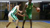 Le basketteur américain DeMario Mayfield (d) sous les couleurs de son club du Pétrole lors d'un match de championnat d'Irak contre le club de la Compagnie aérienne, le 7 décembre à Bagdad [Ahmad al-Rubaye / AFP]