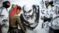 """Le tatoueur japonais Noriyuki Katsuta, membre de l'association """"Sauver le tatouage au Japon"""", pose dans son studio à Tokyo, le 15 novembre 2017 [Behrouz MEHRI / AFP]"""