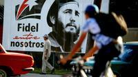 Un portrait géant de Fidel Castro jeune dans une rue de La Havane, le 24 novembre 2017 à Cuba [YAMIL LAGE / AFP]