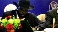 Le président du Soudan du Sud Salava Kiir signe un accord de partage du pouvoir à Khartoum le 5 août 2018 [ASHRAF SHAZLY / AFP]