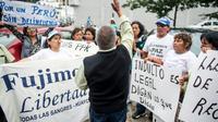 Des partisans de l'ancien président péruvien Alberto Fujimori, devant un hôpital de Lima où l'ancien homme fort du pays est hospitalisé, le 26 décembre 2017 [Ernesto BENAVIDEZ / AFP]