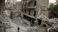 Un Syrien marche au milieu de bâtiments détruits à Alep en Syrie le 2 mai 2016 [KARAM AL-MASRI / AFP/Archives]