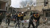 Des secouristes transportent une victime d'un raid du régime syrien dans la localité de Hazeh dans la Ghouta orientale, le 8 février 2018  [Amer ALMOHIBANY / AFP]