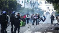 Des manifestants algériens affrontent des policiers anti-émeutes lors d'une nouvelle journée de contestation à Alger le 12 avril 2019 [- / AFP]