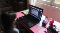 Une petite fille surfe sur internet [Alain Jocard / AFP/Archives]