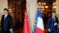 Les présidents français Emmanuel Macron (D) et chinois Xi Jinping (G) le 24 mars 2019 à Beaulieu-sur-Mer, près de Nice (France) [JEAN-PAUL PELISSIER / POOL/AFP/Archives]