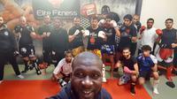 """Photo prise le 10 mai 2016 à Créteil de l'ex-champion de France de boxe thaï Amadou Ba posant avec des membres de son club """"Magic Créteil"""" [MEHDI FEDOUACH / AFP/Archives]"""