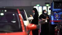 Des Saoudiennes examinent des voitures le 13 mai 2018 à Ryad lors d'un salon automobile qui leur est consacré [FAYEZ NURELDINE / AFP]