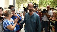 Le militant Cédric Herrou, devenu le symbole de l'aide aux migrants à la frontière franco-italienne, à l'extérieur du tribunal d'Aix-en-Provence le 8 août 2017 [boris HORVAT                         / AFP/Archives]