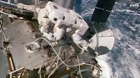 Capture vidéo de la NASA montrant l'astronaute Kate Rubins en train d'installer un nouveau port d'attache sur la Station spaciale internationale, le 19 août 2016 [HO / NASA TV/AFP]