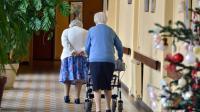 Deux femmes marchent dans un couloir de leur maison de retraite, le 24 décembre 2014 à Nantes [GEORGES GOBET / AFP/Archives]