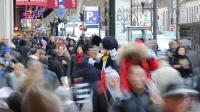 La foule se presse devant un grand magasin à l'approche de Noël le 15 décembre 2011 à Paris [Franck Fife / AFP/Archives]
