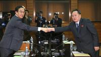 Le ministre sud-coréen de l'Unification, Cho Myoung-gyon (G) et son homologue nord-coréen Ri Son Gwon (D), le 29 mars 2018 dans le village frontalier de Panmunjom [KOREA POOL / KOREA POOL/AFP]