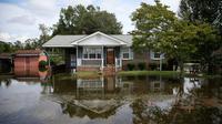 Une maison est entourée par les eaux après le passage de l'ouragan Florence, le 17 septembre 2018 à Lumberton (Caroline du Nord, sud-est des Etats-Unis) [Alex EDELMAN / AFP]