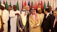 Le ministre d'Etat émirati des Affaires étrangères, Anwar Gargash (G) et son homologue saoudien Adel al-Jubeir (D), le 30 mai 2019 à Jeddah, en Arabie saoudite, lors d'une photo de famille des pays membres de l'Organisation de la conférence islamique (OCI) [BANDAR ALDANDANI / AFP]