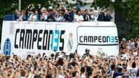 Le bus transportant les joueurs du Real, vainqueurs de la Ligue des champions, le 27 mai 2018 à Madrid [BENJAMIN CREMEL / AFP]