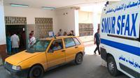 L'entrée de l'hôpital de Sfax en Tunisie où ont été transportés les migrants rescapés du naufrage, le 3 juin 2018 [Ala SAKKA / AFP]