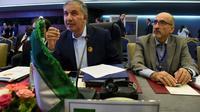 Le représentant de l'Iran à l'Opep, Hossein Kazempour Ardebili (G), au cours d'une réunion de pays producteurs de pétrole à Alger le 23 septembre 2018 [Ryad KRAMDI / AFP]