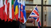 Un employé installe le drapeau britannique à l'entrée du Conseil européen à Bruxelles, le 28 octobre 2019 [John THYS / AFP]