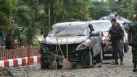 Un soldat thaïlandais inspecte une voiture carbonisée là où une bombe a explosé, à l'extérieur d'un hôtel dans la province de Pattani (sud), le 24 août 2016 [TUWAEDANIYA MERINGING / AFP]