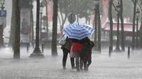 Un groupe de personnes marche sous la pluie le 17 juin 2013 à Paris [Francois Guillot / AFP]