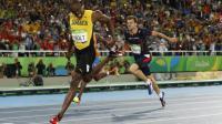 Le Jamaïcain Usain Bolt vainqueur du 200 m et le Français Christophe Lemaitre, 3e, lors des JO de Rio le 18 août 2016 [Adrian DENNIS / AFP]