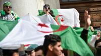 Des étudiants algériens manifestent à Alger le 5 mars 2019, une dizaine de jours après le début d'un mouvement de contestation inédit contre le président Abdelaziz Bouteflika qui se présente à un 5e mandat [RYAD KRAMDI                         / AFP]