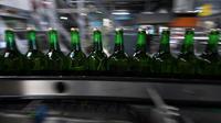 Des bouteilles de verre consignées sur la ligne de production de la brasserie Meteor, à Hochfelden, en Alsace, le 30 avril 2019 [PATRICK HERTZOG / AFP]
