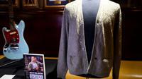 Gilet en laine porté par Kurt Cobain, exposé le 21 octobre 2019 au Hard Rock Cafe de New York avant une clou d'une vente aux enchères organisée par Julien's Auctions  [Johannes EISELE / AFP]