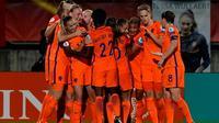 Les Néerlandaises se congratulent après un but contre la Belgique lors de l'Euro, le 24 juillet 2017 à Tilburg [TOBIAS SCHWARZ / AFP]