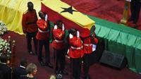 Le cercueil de Kofi Annan est soulevé dans le Centre international de conférences d'Accra, où ont lieu les funérailles nationales de l'ancien secrétaire général de l'ONU [PIUS UTOMI EKPEI / AFP]