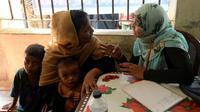 Un réfugiée rohingya discute avec une employée du planning familial bangladais à Palongkhali, au Bangladesh, le 24 octobre 2017 [TAUSEEF MUSTAFA / AFP]