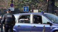 Des policiers emmènent Abdelkader Merah au siège de la direction anti-terroriste à Paris, le 24 mars 2012