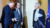 Le président Francois Hollande entre les présidents du Sénat Gérard Larcher et de l'Assemblée nationale  Claude Bartolone sur le perron de l'Elysée le 20 janvier 2016 à Paris [STEPHANE DE SAKUTIN / AFP/Archives]