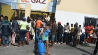 Des habitants de Port-au-Prince font la queue pour des bouteilles de gaz, le 16 février 2019 en Haïti [HECTOR RETAMAL / AFP]