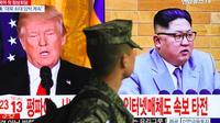 Un soldat sud-coréen passe devant un écran de télévision montrant des photographies du président américain Donald Trump (G) et du dirigeant nord-coréen Kim Jong Un dans une gare de Séoul, le 9 mars 2018 [Jung Yeon-je / AFP]