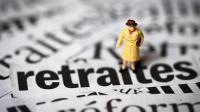 Une figurine sur différentes coupures de journaux traitant du sujet de la réforme des retraites [Joel Saget / AFP/Archives]
