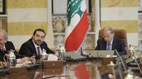 Le président libanais Michel Aoun (D) et le Premier ministre Saad Hariri (G) lors d'un conseil des ministres, le 5 décembre 2017 à Baabda, près de Beyrouth [JOSEPH EID / AFP]