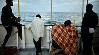 Des migrants à bord de L'Aquarius, près des côtes de la Sicile, le 14 mai 2018 [LOUISA GOULIAMAKI / AFP/Archives]