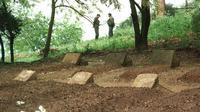 Les tombes des sept moines de Tibéhirine, assassinés le 21 Mai 1996 en Algérie, près d'un an plus tard, le 16 mai 1997 [STR / AFP/Archives]