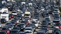 Des automobilistes font la queue à un péage de l'autoroute A7, le 4 août 2018 près de Vienne [PHILIPPE DESMAZES / AFP]