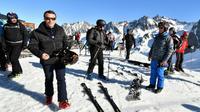 Le président de la République, Emmanuel Macron (g), à la station de ski pyrénéenne de La Mongie, le 15 mars 2019 [LAURENT DARD / DDM/AFP]
