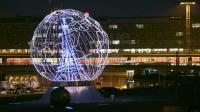 Des sphères de sept mètres colorées ornent les aéroports de Paris.