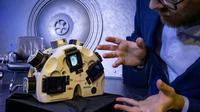 Grigory Shalunov,du laboratoire moscovite 3D Bioprinting Solutions, devant l'imprimante 3D, lors d'une conférence de presse à Moscou le 9 octobre 2019  [Yuri KADOBNOV / AFP]